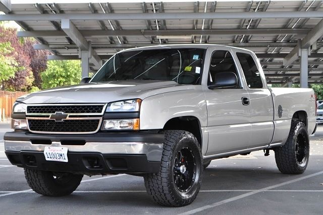 2006 CHEVROLET SILVERADO 1500 LT1 4DR EXTENDED CAB 4WD 65 FT gray we finance everybody  having
