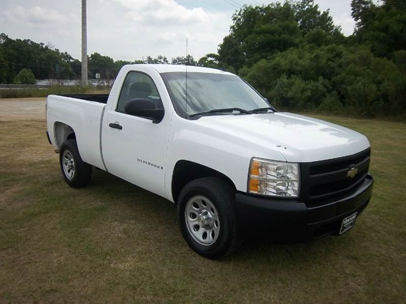 2007 CHEVROLET SILVERADO 1500 2DR REGULAR CAB 65 FT SB white 43 v6 is better on gas this is