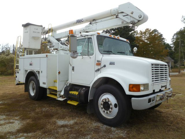 2000 INTERNATIONAL 4700 BUCKET TRUCK 2WD REG CAB 36FT white 36ft altec bucket with an altec servic