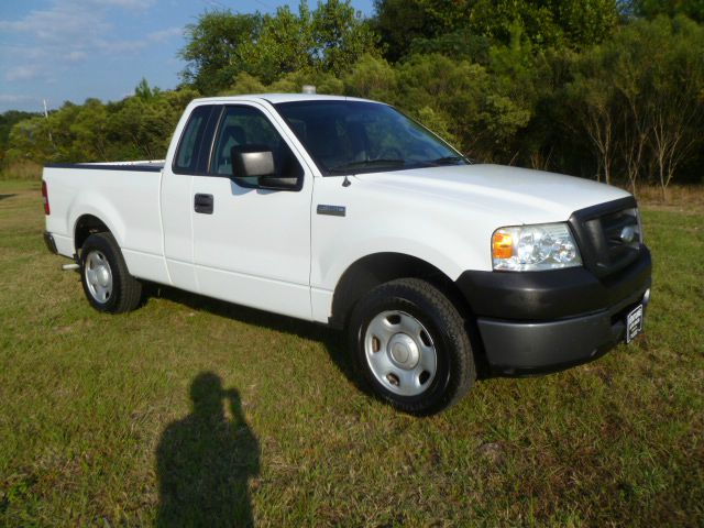 2006 FORD F150 XL 2WD white extra clean regular cabshort bed with extra space behind the seat f