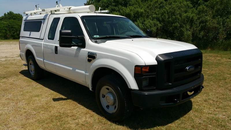 2009 FORD F-250 SUPER DUTY XL 4X2 4DR SUPERCAB 68 FT SB P white this is a working mans dream tr