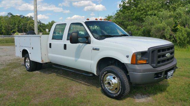 2005 FORD F350 4X4 CREW SERVICE TRUCK CREW CAB 4X4 XL white if you need a big truck to carry your