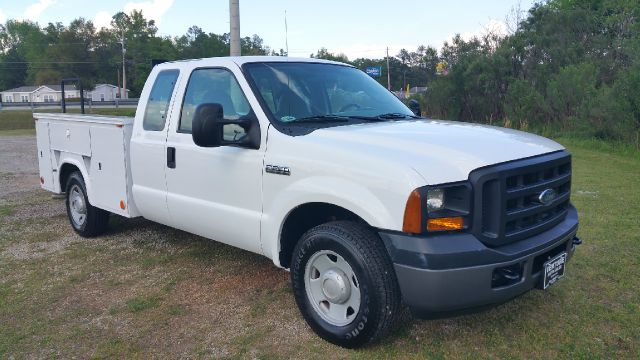 2006 FORD F250 XL EXTENDED CAB SERVICE TRUCK 2WD 4DR SERVICE TRUCK white this truck is a hard to