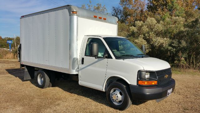 2010 CHEVROLET 3500 EXPRESS 12 FT BOX VAN 2DR DRW white if you need a big cargo van this is your v