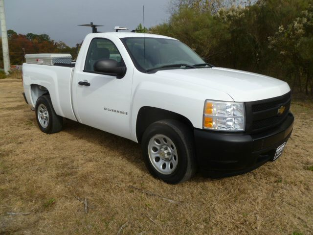 2007 CHEVROLET SILVERADO 1500 2WD REG CAB SHORT BED white lots of storage space with weather guard