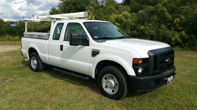 2009 FORD F-250 SUPER DUTY XL 4X2 4DR SUPERCAB 68 FT SB P white if you want a truck to work as