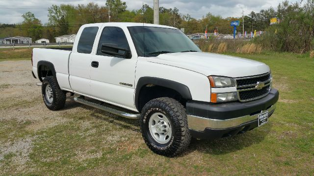 2007 CHEVROLET SILVERADO 2500HD CLASSIC LS 4DR EXTENDED CAB SB white this is an exceptionally cle