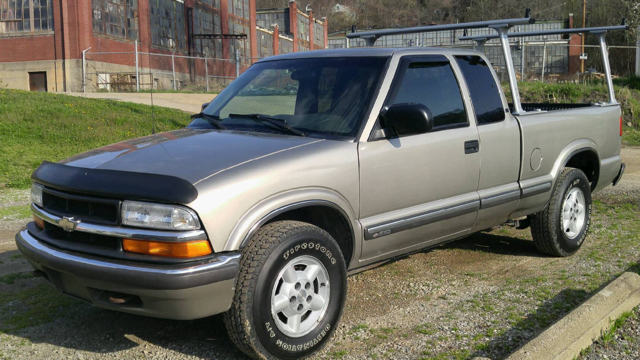 2000 Chevrolet S-10 LS 2dr 4WD Extended Cab SB - East Liverpool OH