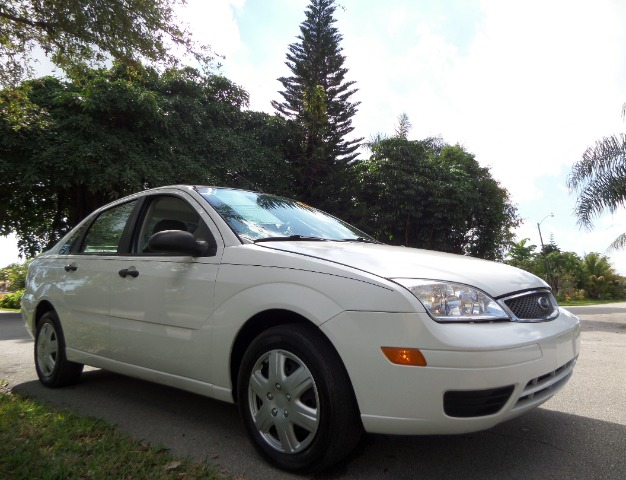 2005 FORD FOCUS ZX4 SES white call 1-877-775-0217 for sales this 2005 ford focus zx4 ses is