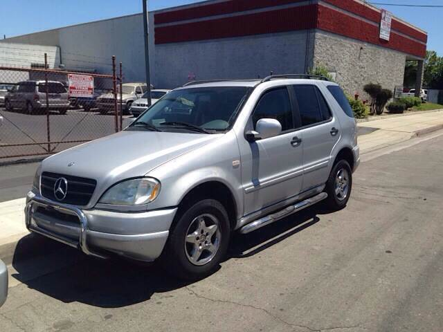 2000 MERCEDES-BENZ M-CLASS SPORT UTILITY  4SOOR silver vehicle recently serviced  smoged warran