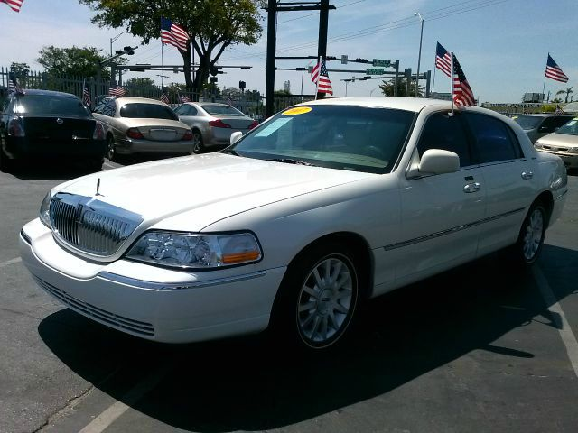 2007 LINCOLN TOWN CAR SIGNATURE white abs brakesadjustable foot pedalsair conditioningalloy whe