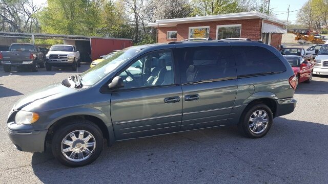 2005 Chrysler Town and Country Limited 4dr Extended Mini-Van w/ Power Moonroof - Elizabethton TN