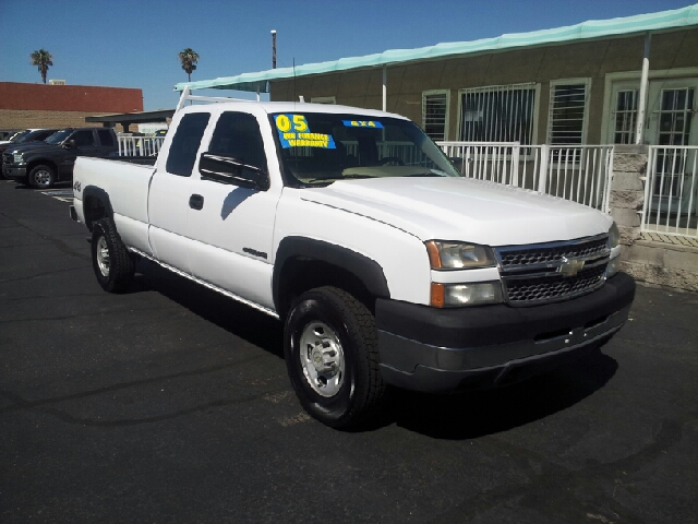 2005 CHEVROLET SILVERADO 2500HD BASE 4DR EXTENDED CAB 4WD LB white clean 4wd type - part time ab
