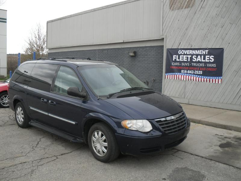 2005 chrysler town and country touring 4dr extended mini van w front rear and third row head. Black Bedroom Furniture Sets. Home Design Ideas