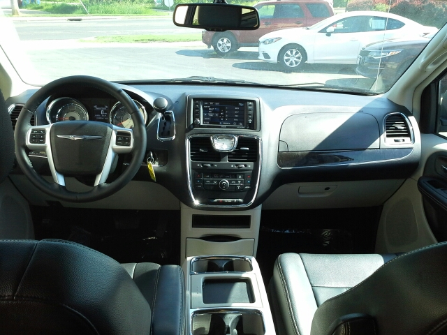 2016 Chrysler Town and Country Touring 4dr Mini Van - West Bend WI