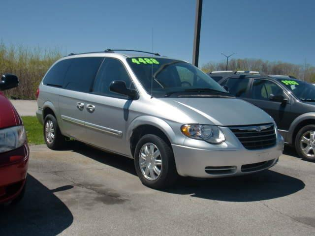 2005 Chrysler Town and Country Touring 4dr Extended Mini-Van - Green Bay WI