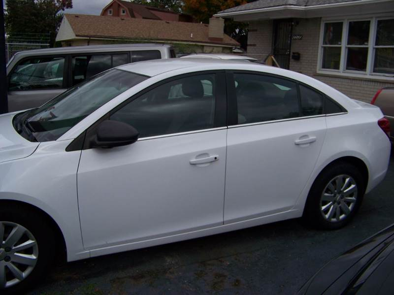 2011 CHEVROLET CRUZE LS 4DR SEDAN white looks runs and drives great must see wont last long