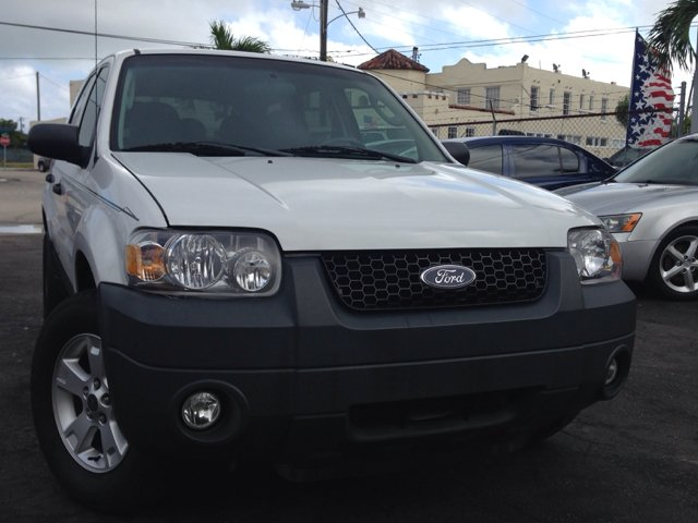 2007 FORD ESCAPE XLT 4WD white selling a 2007 ford escape xlt 4wd nice suv white with gray in