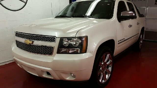 2010 CHEVROLET AVALANCHE LTZ 4X2 4DR PICKUP pearl white fully loaded ltz leather heated and cooled