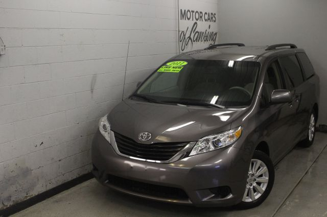 2011 TOYOTA SIENNA LE 7-PASSENGER AWD 4DR MINI VAN gray awd third row seating must see like new