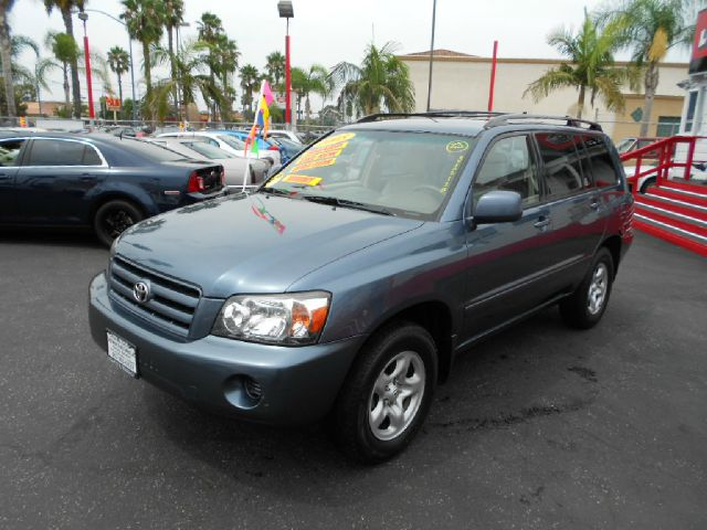 2005 TOYOTA HIGHLANDER BASE FWD 4DR SUV blue this  2005 toyota highlander is a great reliable suv