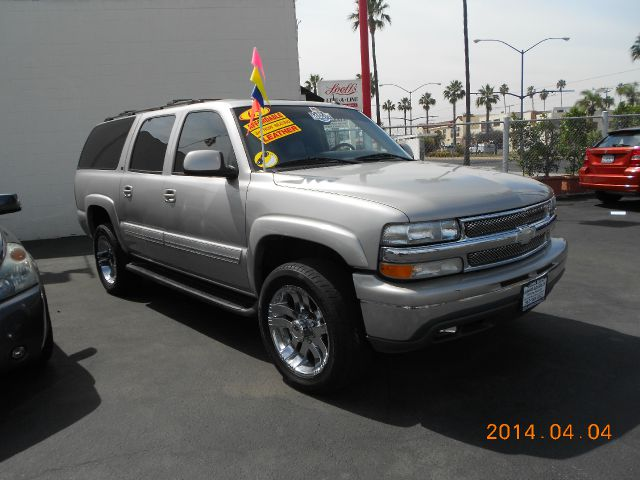 2005 CHEVROLET SUBURBAN 2500 2WD pewter this 2005 chev suburban is big  comfortable and easy to d