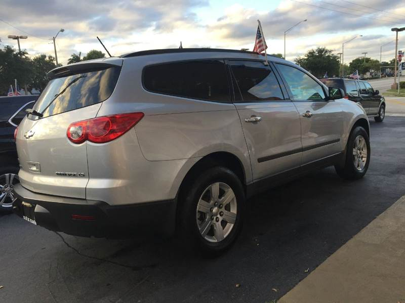 2009 CHEVROLET TRAVERSE LTZ AWD 4DR SUV gray eco boost sport this vehicle is extermely clean you