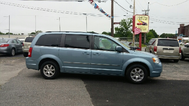 2009 Chrysler Town and Country Touring Mini-Van 4dr - Woonsocket RI